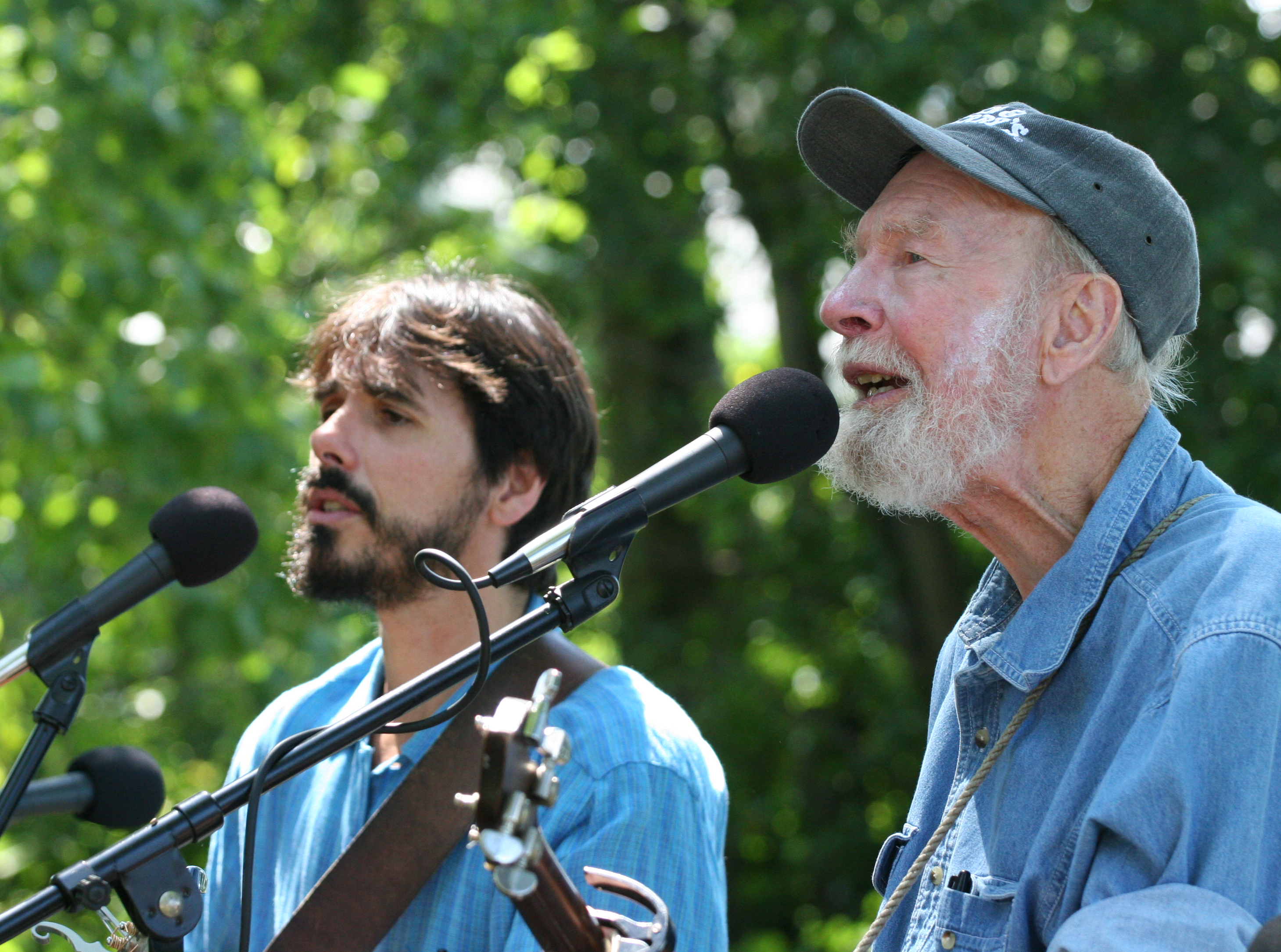 Spook Handy & Pete Seeger at the Corn Festival in Beacon, NY 2006 (photo by Econosmith)