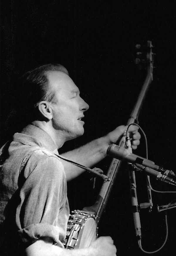 Pete Seeger (photo by Diana Davies/Dirty Linen)