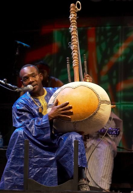 Toumani Diabaté (photo by jbach [CC BY-SA 2.0 (https://creativecommons.org/licenses/by-sa/2.0)])